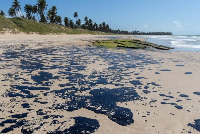 Óleo suja ha mais de um mês as praia do Nordeste