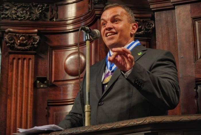 O secretário Marcus Vinícius Braga, com a medalha, no dia do evento