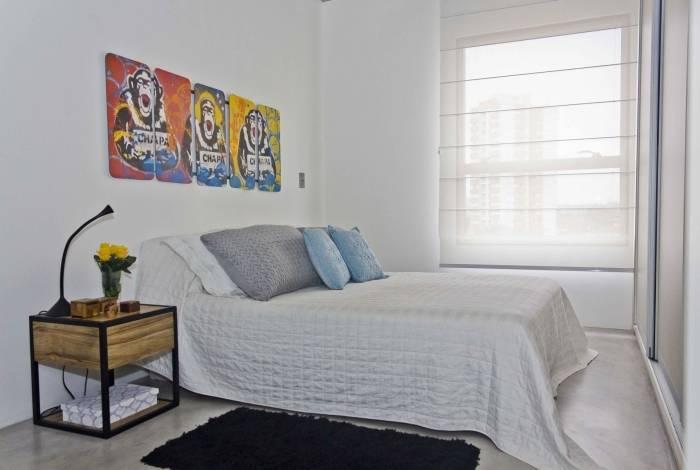 O branco nas paredes é padrão e foi aproveitado e alinhado com a decoração do apartamento