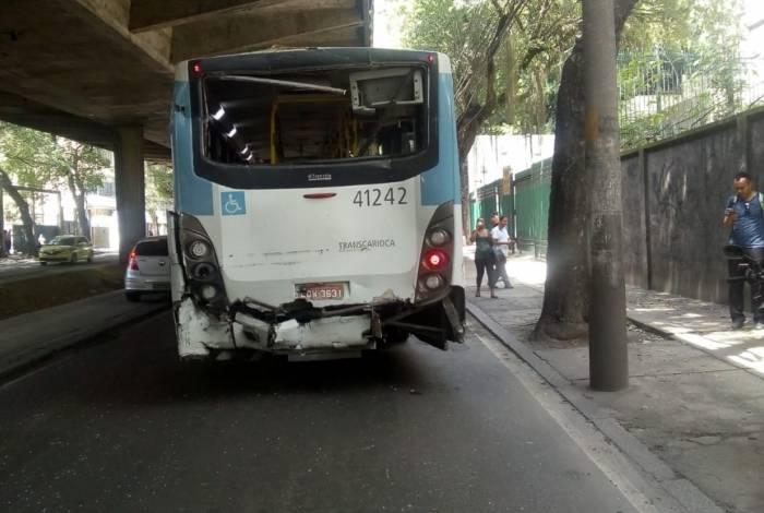 Dois ônibus colidiram após troca de tiros na Avenida Paulo de Frontin