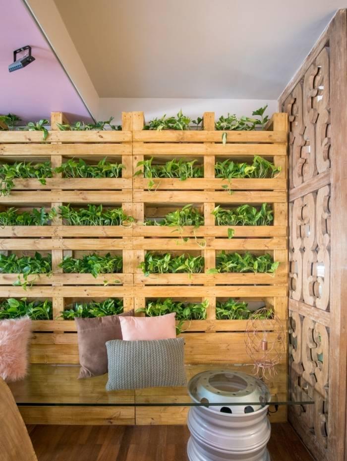 Palete pode virar mesa de centro, revestimento de parede, base para o sofá e cama
