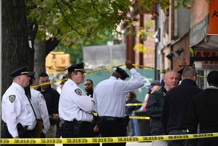 Policiais no local onde ocorreu o tiroteio: pelo menos quatro pessoas morreram