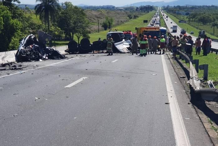 Carreta e o veículo de passeio ficaram totalmente destruídos