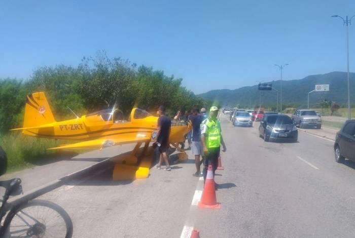 Piloto de aeronave de pequeno porte precisa fazer pouso de emergência em via de  Guaratiba