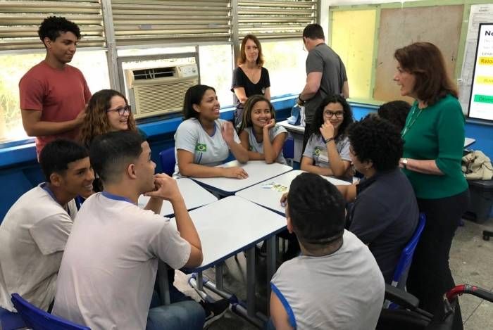 Professora Laura Coutinho: projeto leva educação financeira para alunos de Ciep na Rocinha
