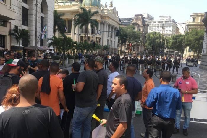 Segurança na Cinelândia: polícia cercou a área em frente à Câmara dos Vereadores e manteve motoristas de aplicativos longe de taxistas, para evitar tumultos e violência