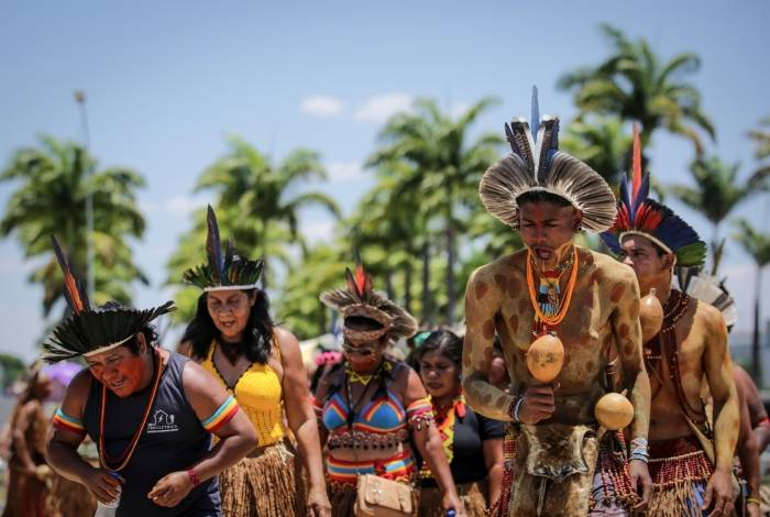 Indigenous people protest at the Esplanade of the Ministries in Brasilia, on October 16, 2019. - Indigenous leaders from 26 tribes of the Pataxo and Tupinamba ethnic groups are in Brasilia to demand the regularization of territories and for a series of actions and meetings with the government and society representatives. (Photo by Andre COELHO / AFP)