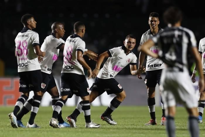 Revelação do Vasco, Bruno Gomes abriu o placar no clássico e celebrou o primeiro gol como profissional