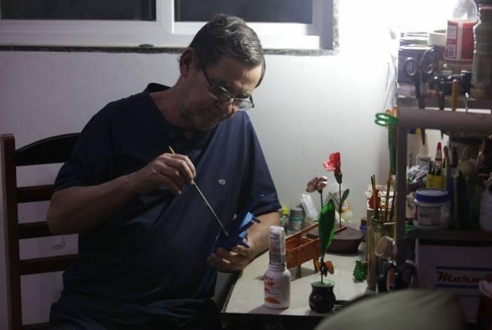 Enquanto aguarda ligação do hospital com a notícia da chegada do remédio, Martinho dos Santos faz artesanato  para evitar a depressão