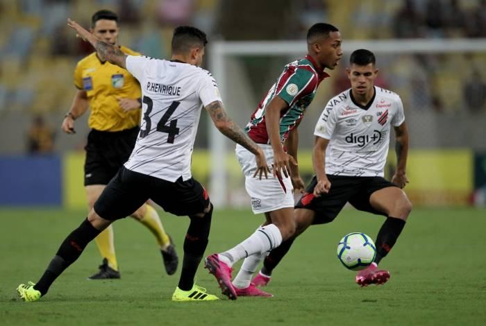 Perdido, João Pedro é cercado por Pedro Henrique e Bruno Guimarães: há nove jogos sem marcar