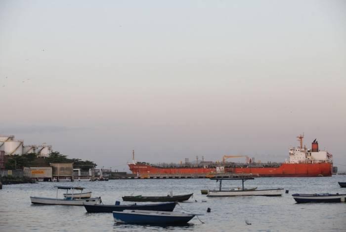Carretas são abastecidas por grandes navios em Terminal Portuário da multinacional Cosan, na Ribeira. Elas saem do local carregadas de combustíveis e passam pela Estrada do Galeão