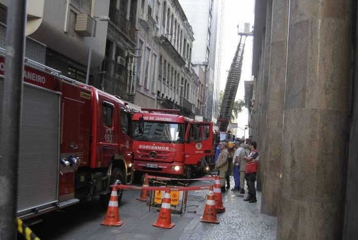 Prédio pegou fogo na Rua Buenos Aires, esquina com a Rio Branco, no Centro do Rio, nesta sexta-feira, (18). Foto: Cleber Mendes/Agência O Dia