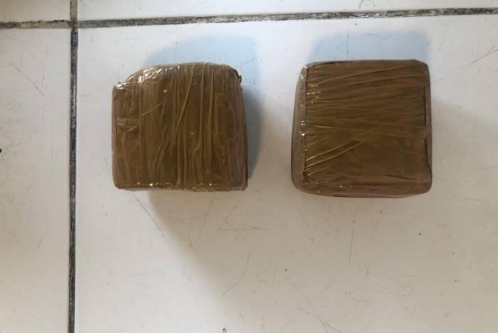 Inspetor penitenciário foi preso com dois tabletes de maconha, quando chegava para trabalhar no Instituto Penal Vicente Piragibe, no Complexo de Gericinó, em Bangu