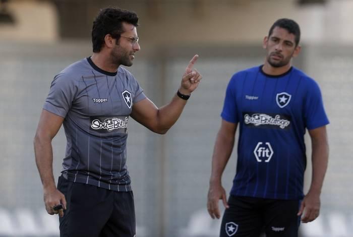 Valentim conversa com Diego Souza: atacante novamente titular