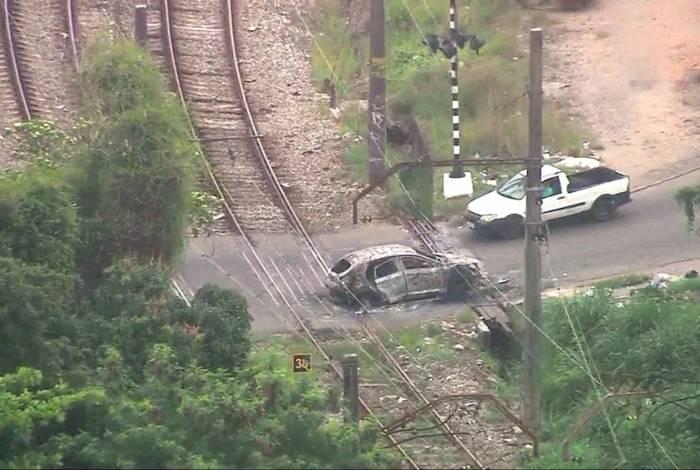 Carro incendiado com corpo dentro foi abandonado nos trilhos da SuperVia em Costa Barros