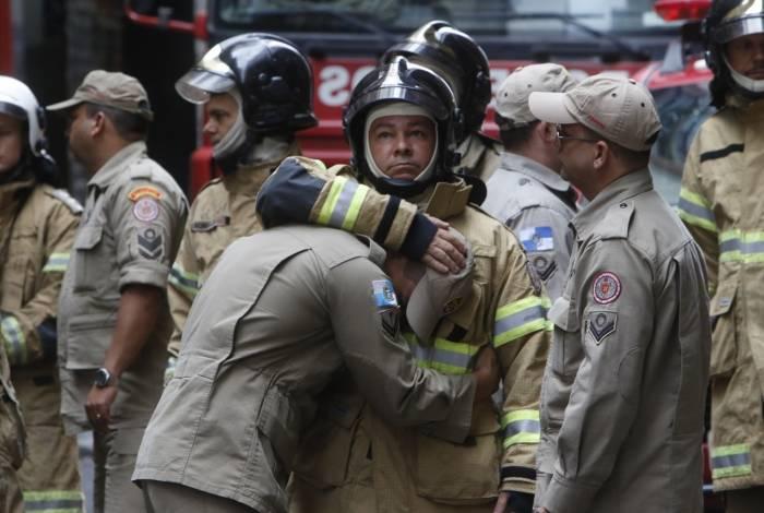 Clima de comoção e tristeza marca trabalho dos bombeiros na Quatro por Quatro, onde quatro companheiros que atuaram no incêndio acabaram mortos