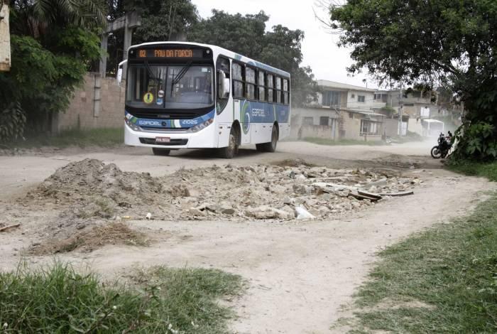 Sem asfalto, moradores da Travessa Campo Alegre sofrem muito com poeira e buracos na via
