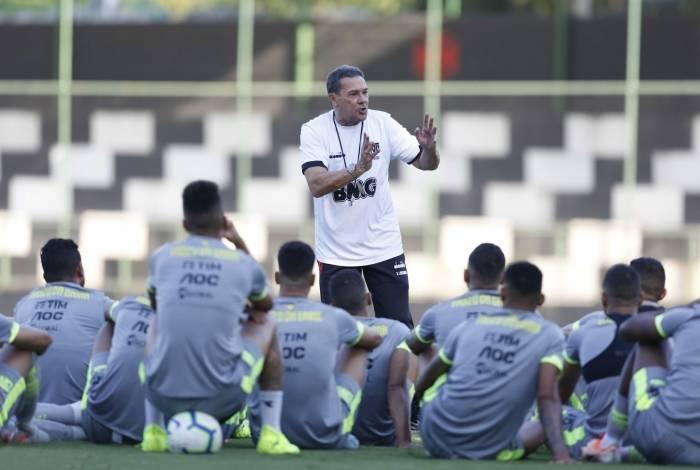 Luxa conversa com jogadores em treino: hora de acabar com riscos