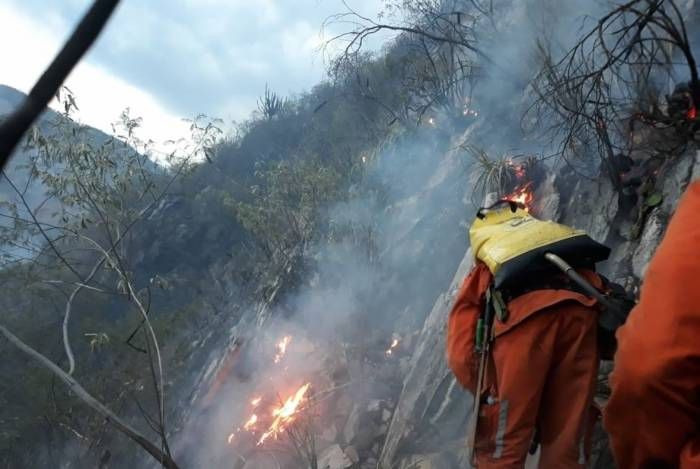 Bombeiros combatem chamas na Chapada Diamantina