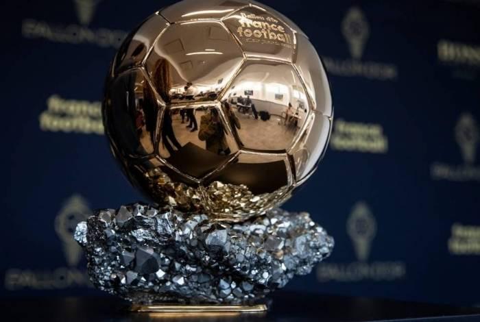 Troféu da Bola de Ouro, entregue pela France Football