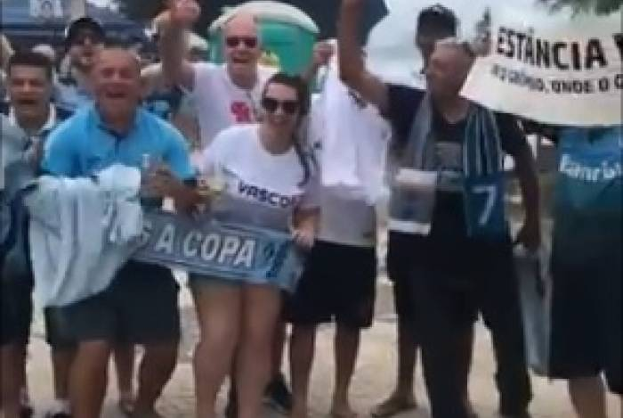 Dirigente do Vasco canta com torcedores do Grêmio