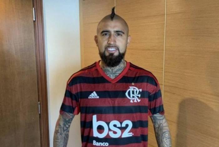 Arturo Vidal com a camisa do Flamengo
