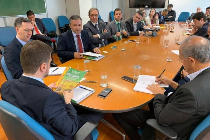 Secretário de Gestão de Pessoal, Wagner Lenhart (de costas) confirmou alguns dados em reunião ontem