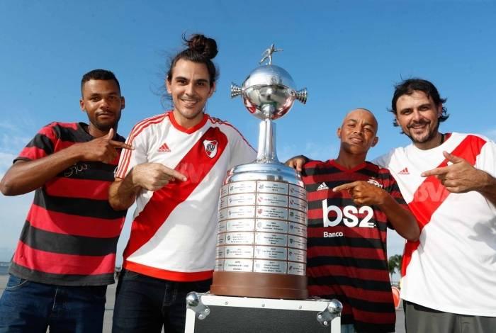 Os irmãos argentinos Sergio e Claudio brincam com dois torcedores do Flamengo perto da réplica da taça da Libertadores: final épica