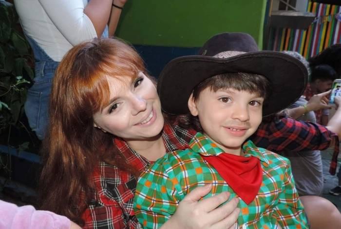 A jornalista Tina Szabados e o filho de 6 anos: matrícula recusada