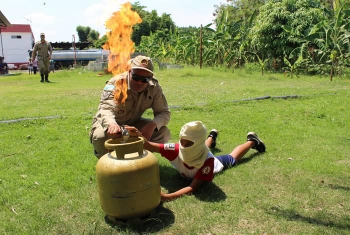 Os bombeiros ensinam as crianças e jovens como prevenir incêndio