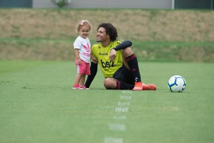 Arão com a filha Isabela no treinamento do Flamengo