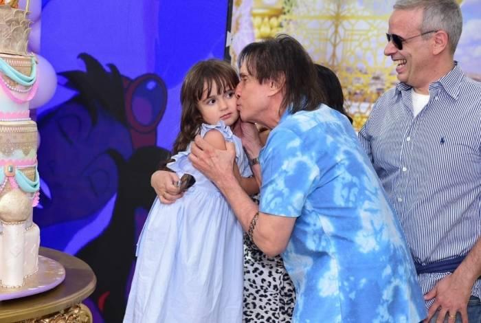 Roberto Carlos beija a neta Laura na hora do Parabéns