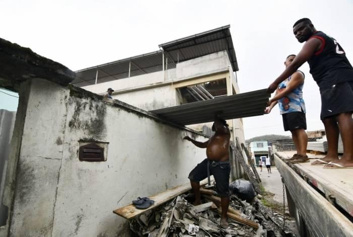 Após chuva, moradores fazem mutirão para consertar estragos