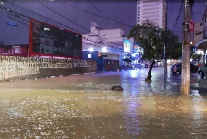 As ruas próximas ao Top Shopping ficaram cheias de água e granizo
