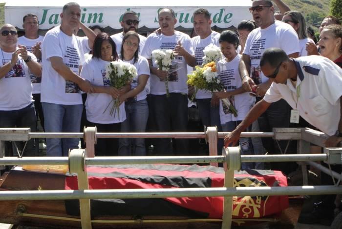 Emocionados, cerca de 150 parentes e amigos prestaram homenagens a Jonatan Lima no Cemitério Jardim da Saudade, em Sulacap
