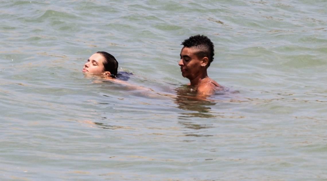 Bruna Linzmeyer namora na praia