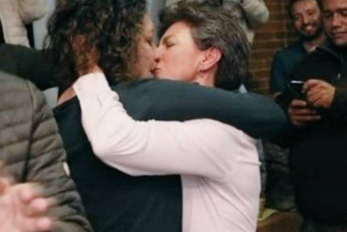 Claudia López beija sua companheira, a senadora Angélica Lozano, após vitória nas eleições