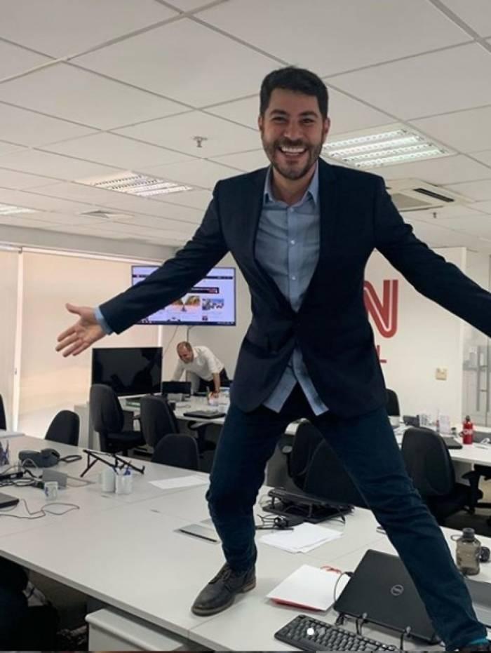 Evaristo Costa visita a sede da CNN Brasil