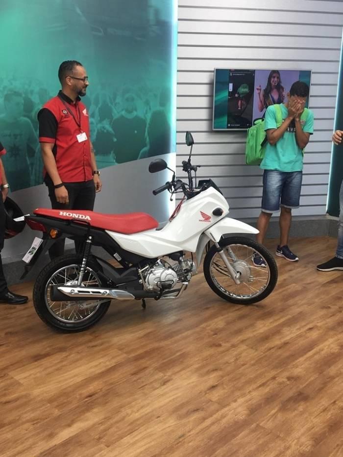 Luiz André ganhou uma moto após ter sido alvo de deboche de miss