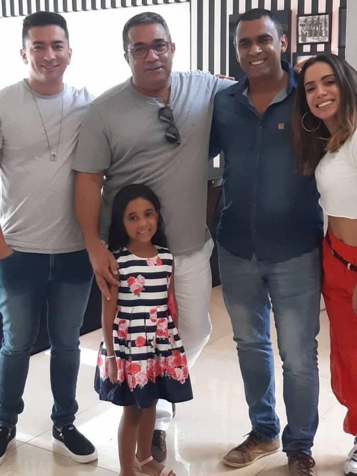Renan, Mauro, Felipe, Anitta e a pequena Letícia