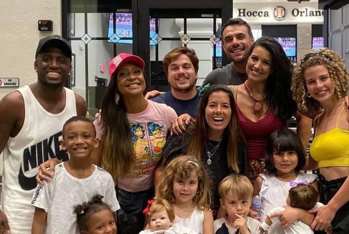 André Marinho e Drika encontram amigos em Orlando