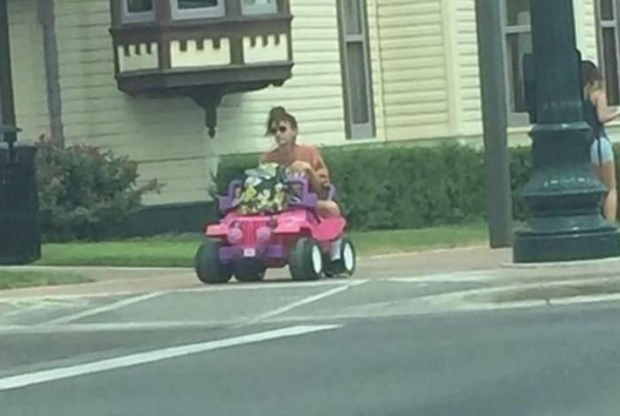 Cenas em que Tara Monroe, de 20 anos, é vista pilotando um carro de plástico rosa se tornaram comuns no Texas