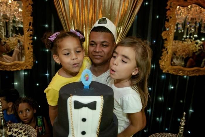 Mc Duduzinho comemora aniversário ao lado das filhas