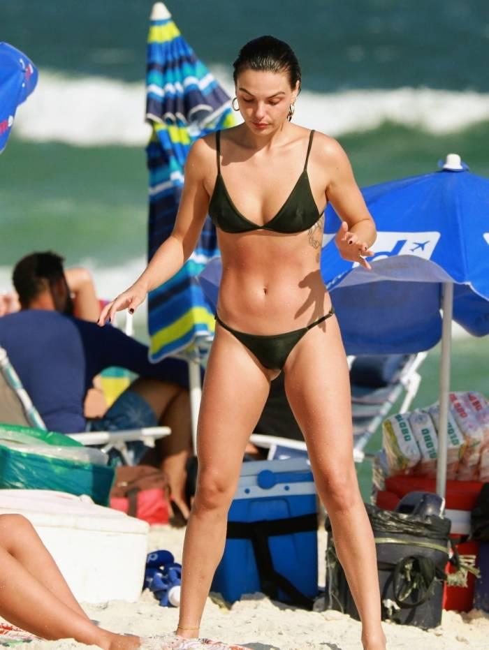 Isis Valverde curte dia de praia na Barra da Tijuca, na Zona Oeste do Rio, nesta segunda-feira