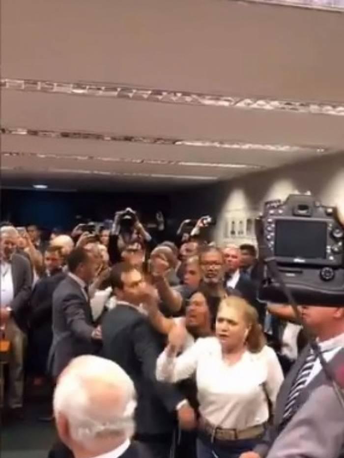 Familiares de militares protestam no plenário da Câmara