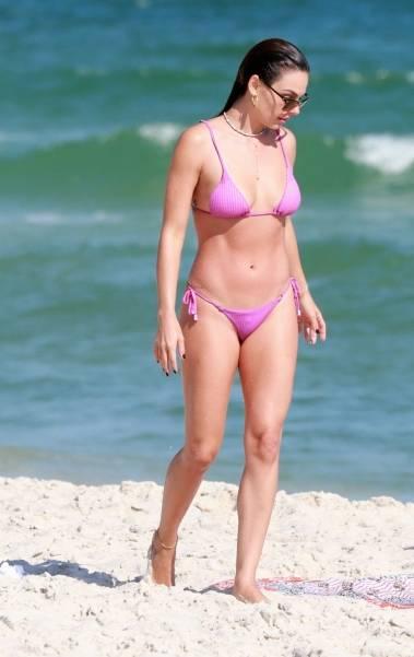 Isis Valverde curte dia de sol com amiga na praia