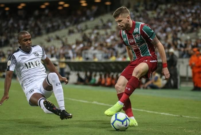 Bem marcado, Caio Henrique tenta dominar a bola: o Fluminense perdeu e se complicou muito na briga para fugir da zona da degola do Brasileiro