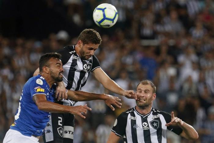 Melhor jogador do Botafogo, Gabriel ganha a bola no alto de Fabrício Bruno
