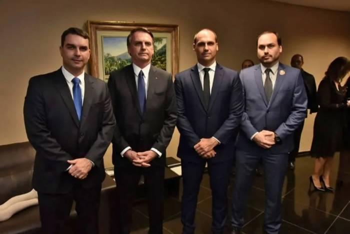 Foto para coluna Informe: O presidente Jair Bolsonaro seus filhos Flávio, Eduardo e Carlos.