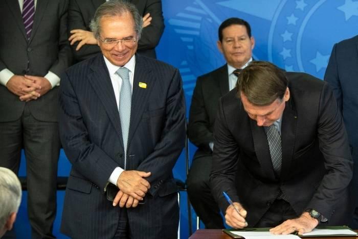 Ministro Paulo Guedes defende equiparação dos setores público e privado, e Bolsonaro endossa projeto
